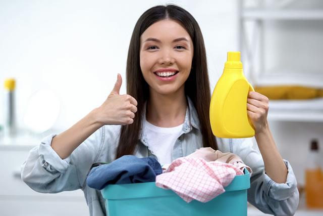 洗濯物を持っている主婦