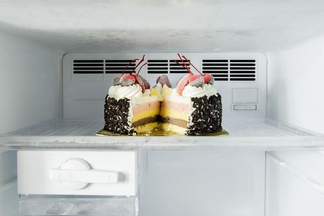 冷凍庫の中のケーキ