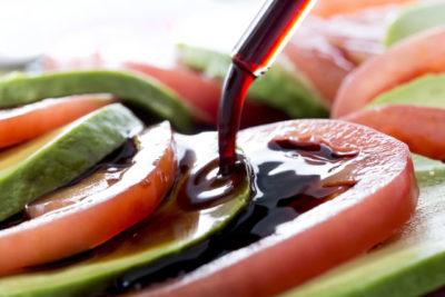 トマトとアボカドにバスサミコ酢をかける