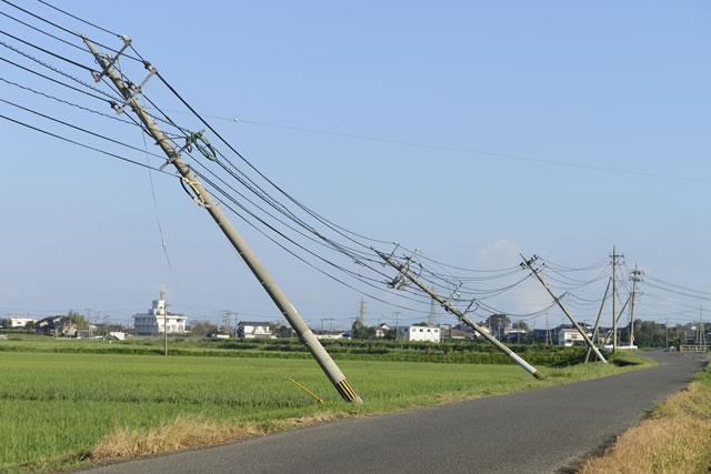 台風によって傾いた電柱