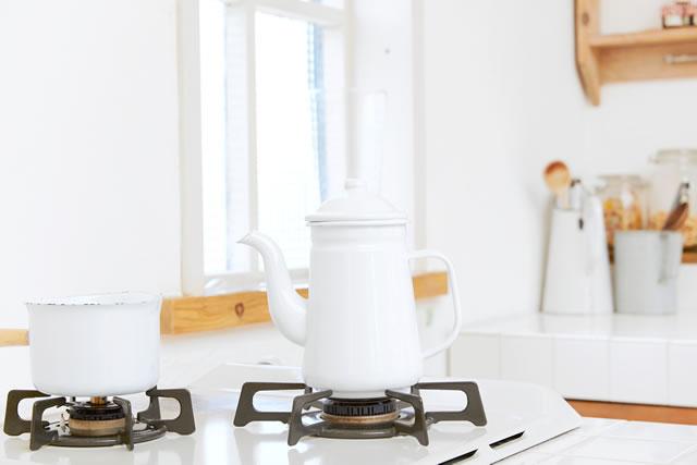 真っ白なキッチンの様子、ガスコンロの五徳が黒