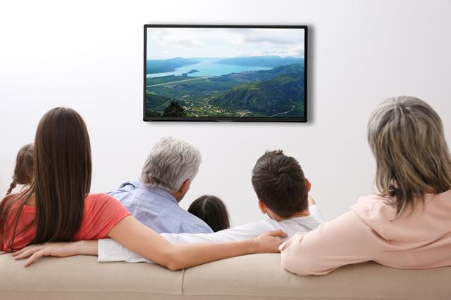 家族でテレビを見ている