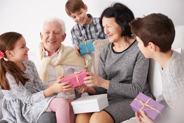 孫に囲まれる老夫婦
