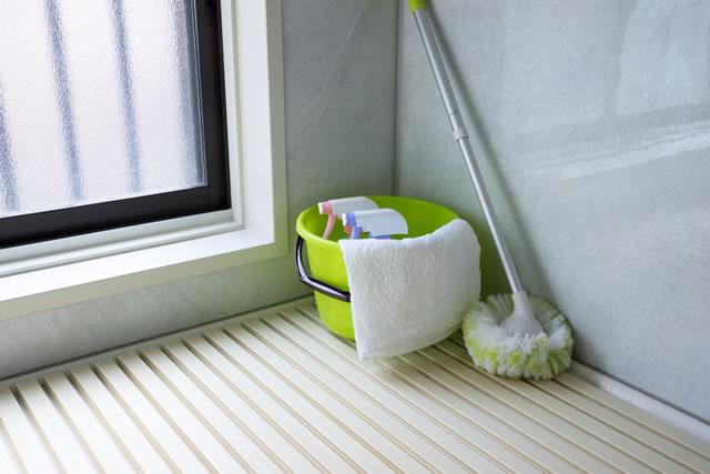 お風呂のフタに置かれた掃除セット