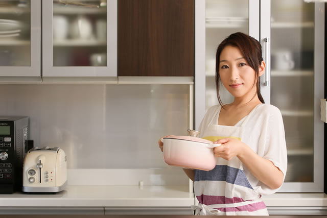 土鍋を持つ主婦