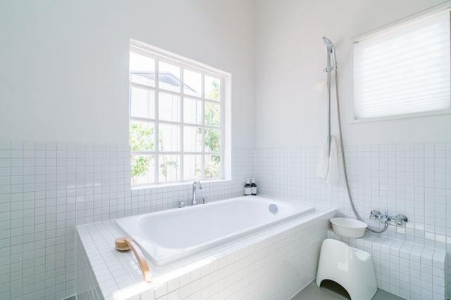 白くて清潔なお風呂場