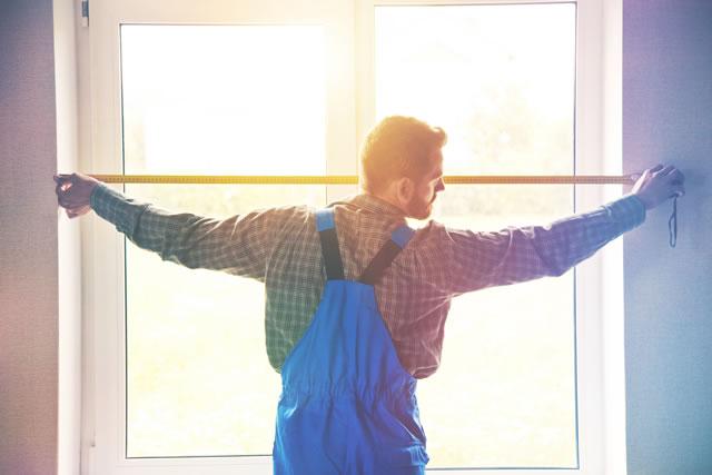 窓を測っている男性