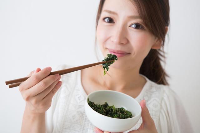 ほうれん草を食べる女性