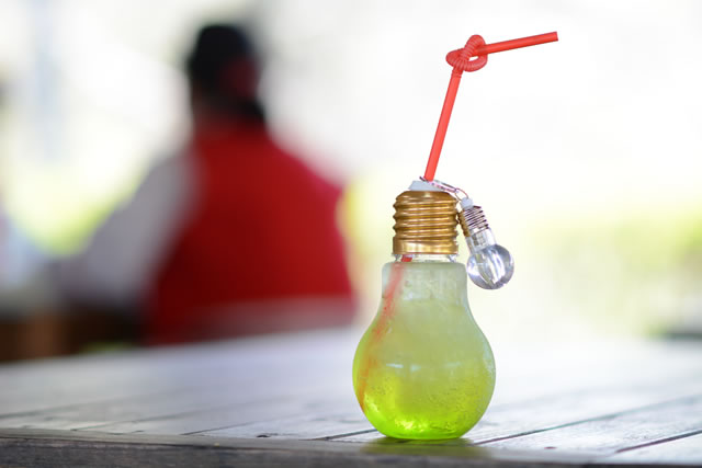 テーブルの上にある電球ソーダ