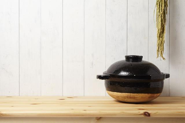 右寄りに丸みのある土鍋