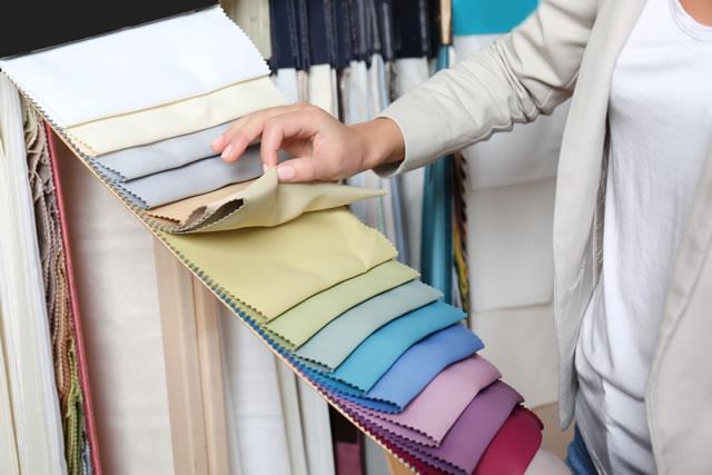 色見本を見ている女性