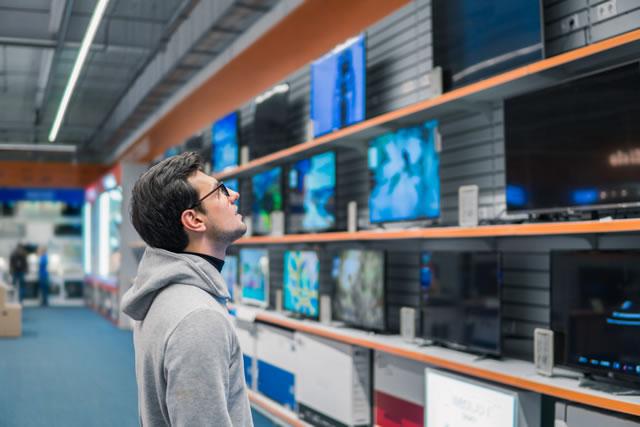 テレビを選ぶ男性