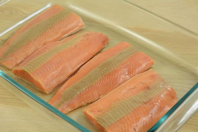 【画像4:187165395/解凍された鮭の切り身】