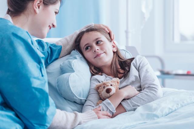 入院中の娘に声をかける母