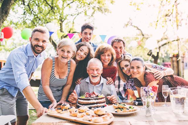 家族に囲まれる笑顔の男性