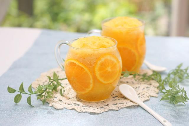ガラスの器に入ったオレンジのスイーツ