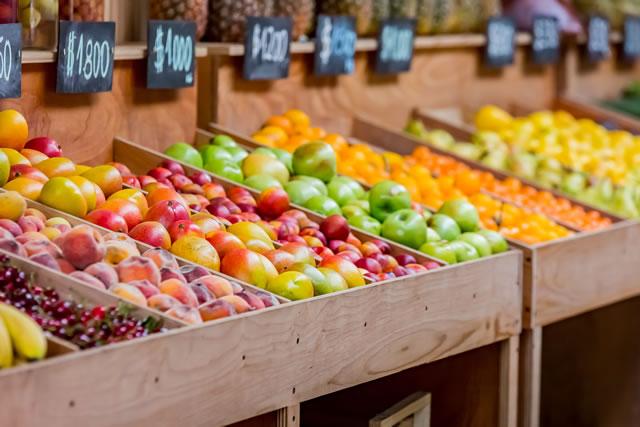 青果店に並んだフルーツの様子
