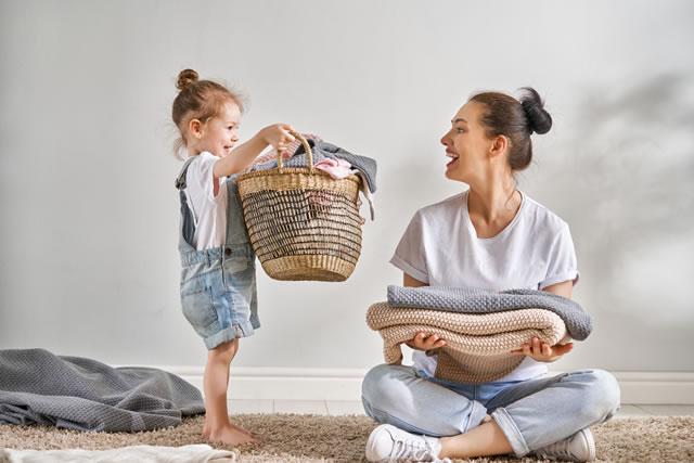 洗濯物と女性と女の子