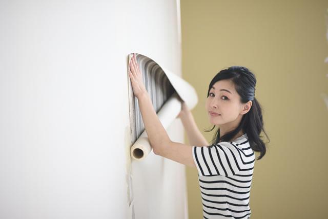 壁を修理する女性