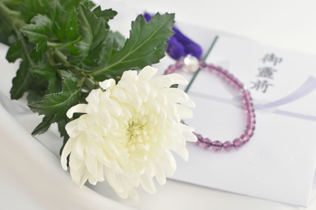 御霊前袋と菊の花