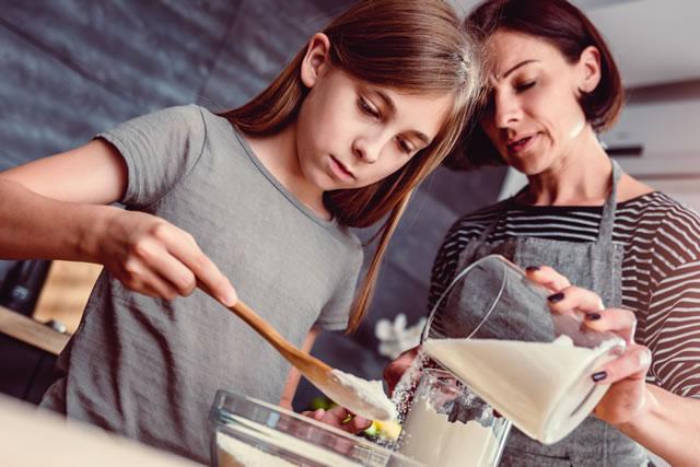 料理をしている親子