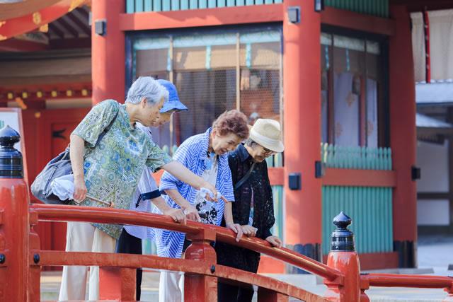 神社に来た女性たち