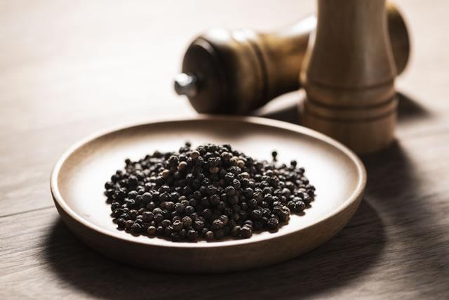 胡椒の粒とミル