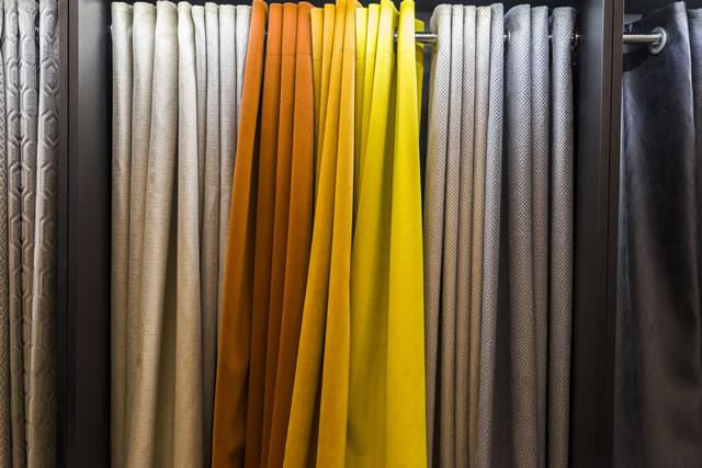 カラフルなドレープカーテン