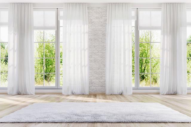 掃き出し窓にカーテンが付いている様子