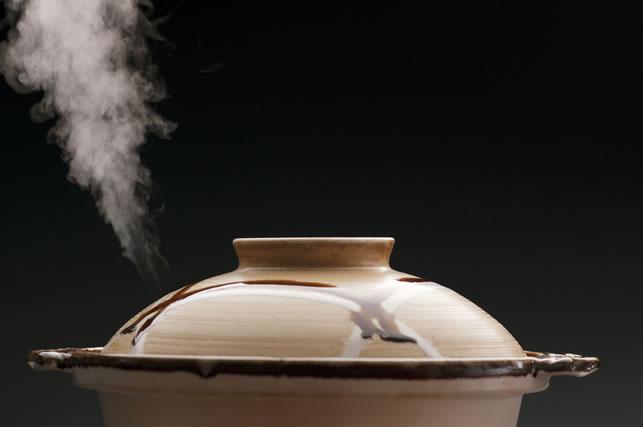 蒸気が出ている土鍋