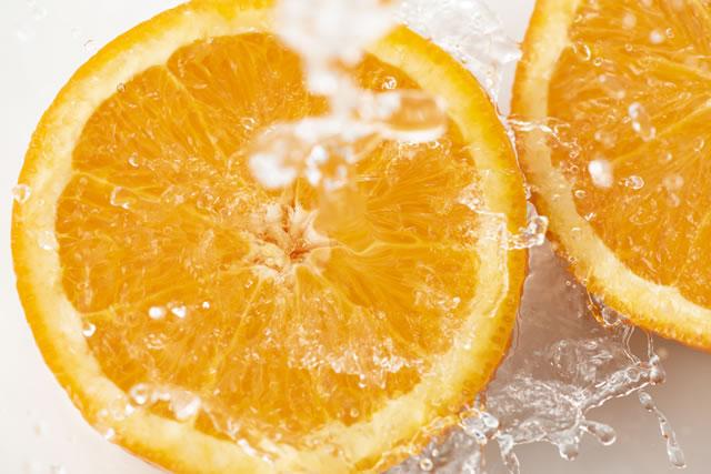 :水しぶきと輪切りのオレンジのアップ