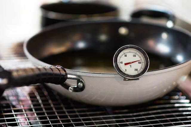 フライパンと温度計