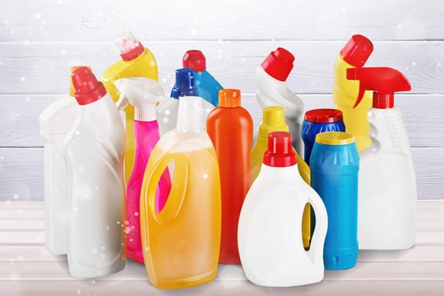 たくさん並んだ掃除用洗剤