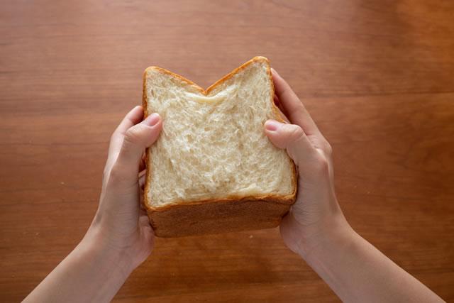 パンを持つ女性の手