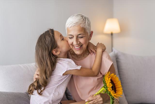 祖母にキスする少女