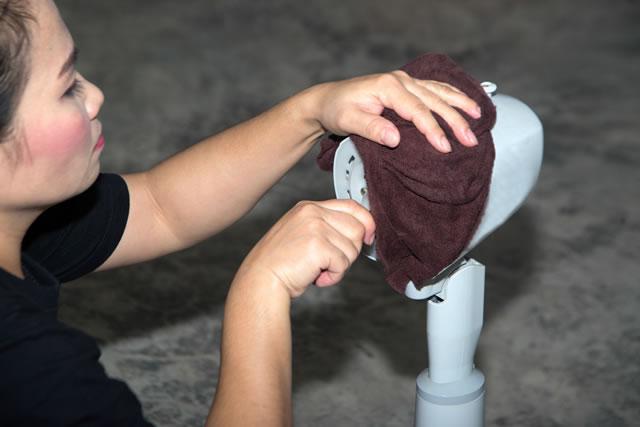 扇風機を念入りに洗う女性