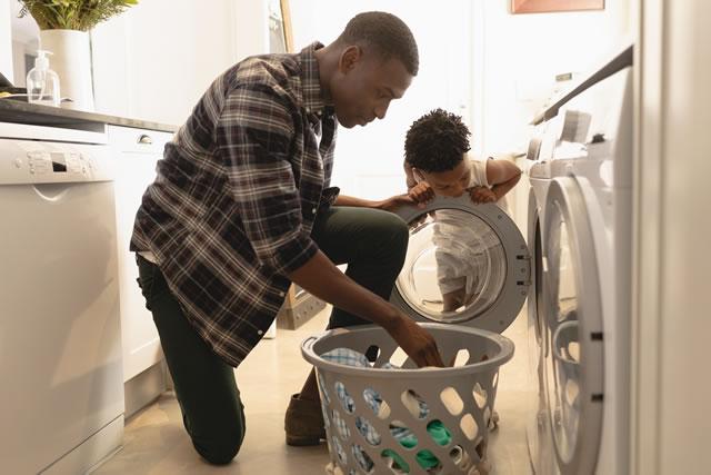 洗濯をする親子