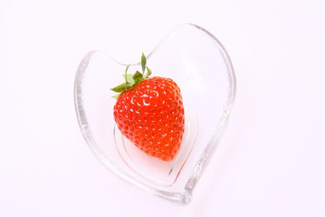 透明なガラスの容器に一粒のいちご
