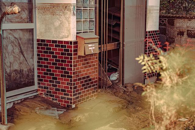 台風の被害にあった家