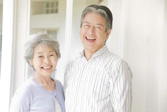 笑顔の老夫婦