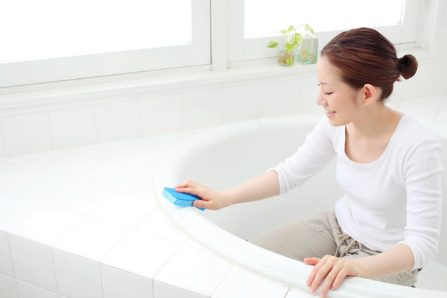 お風呂掃除をする女の子