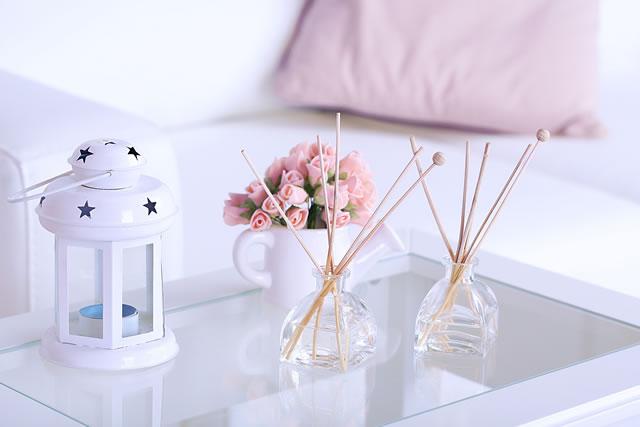 ガラステーブルの上にランプ、バラ・芳香剤