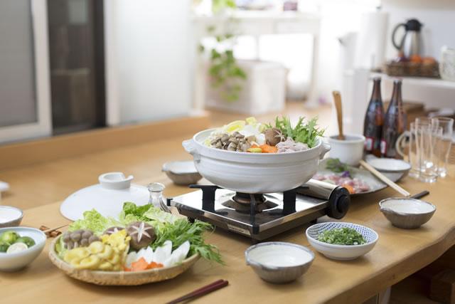 料理を用意するダイニングテーブルの様子