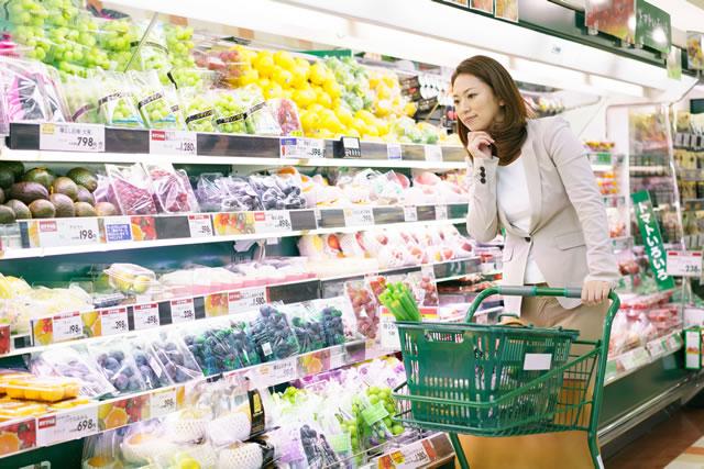 野菜を選んでいる女性