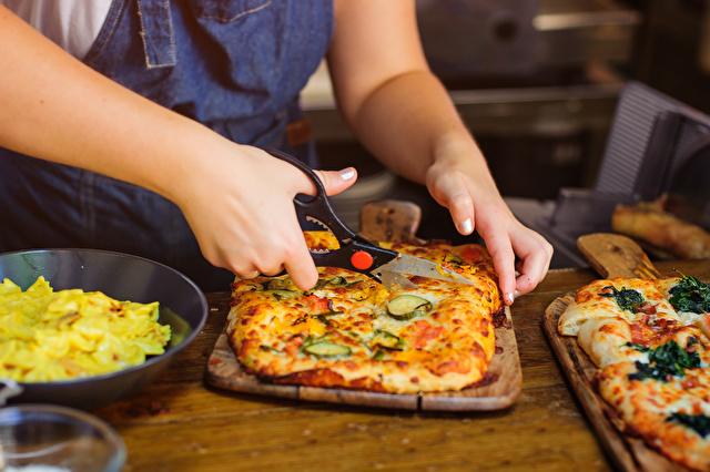 キッチンバサミでピザを切る