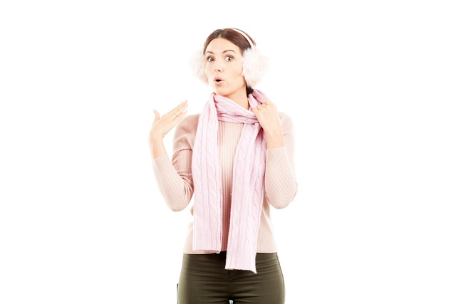 冬のイヤーマフとスカーフを着た若い女性