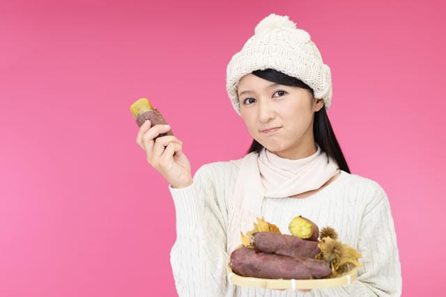 焼き芋をもっている女性