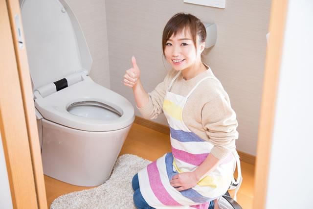トイレ掃除を済ませた女性