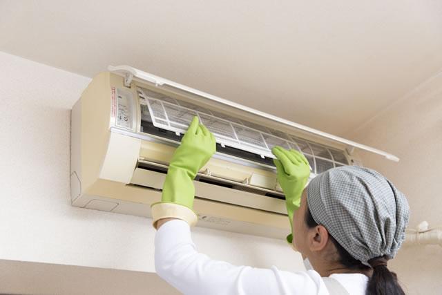 エアコンの掃除をする女性