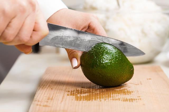 ナイフでアボカドを切っている様子